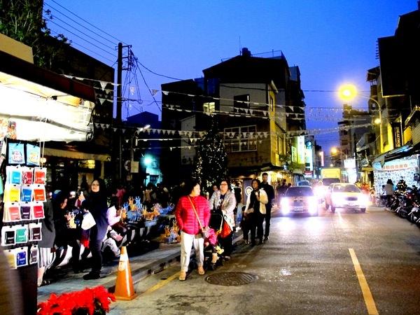 台南最夯觀光景點~{台南市正興街商圈}~吃喝玩樂一條街通通有~偶遇麋鹿軍團閃現