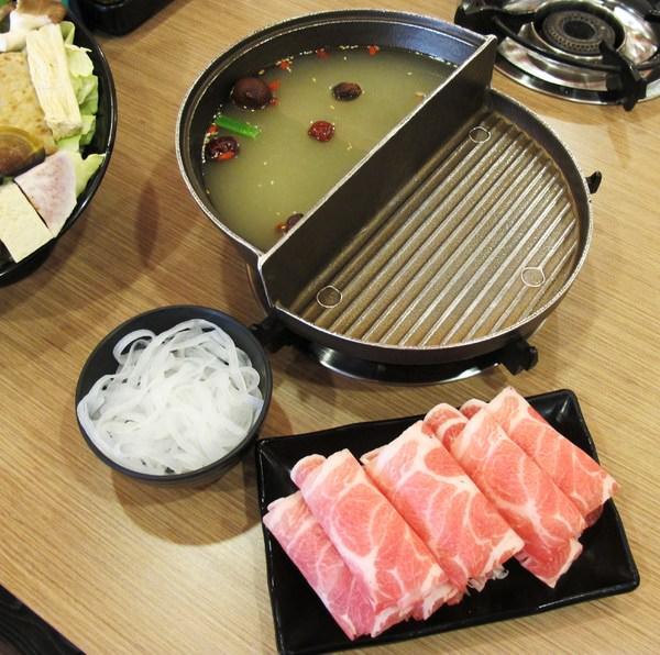 (台南。安平區美食)『半個鍋-個人火烤兩吃鍋物(永華店)』 一鍋兩吃。火鍋,燒烤,通通有~
