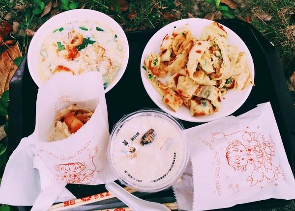 """(台南。北區美食)『生哥豆漿店』又回來囉! 這次搬到 文成一路! 外帶到對面公園""""野餐趣""""~蛋餅酥脆。自製燒餅+油條。大推!必吃!"""