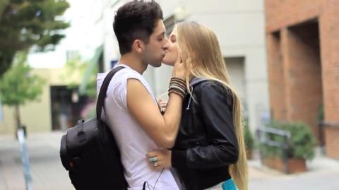 une technique etonnante pour embrasser les filles