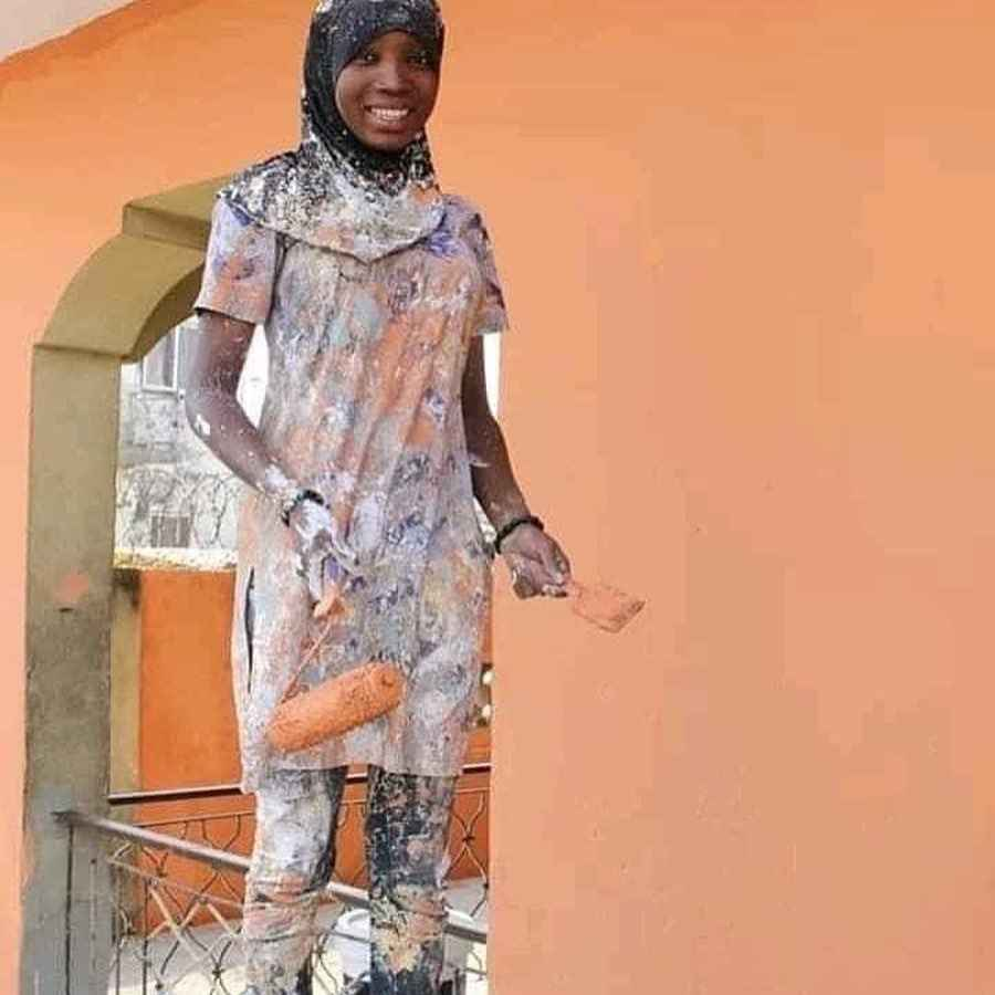 Young Nigerian Lady Becomes Internet Sensation After Posing As A Painter (Photo) 3
