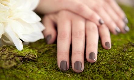 Manicure e pedicure con applicazione di smalto semipermanente da Charme Beauty Chic. Valido in 2 sedi
