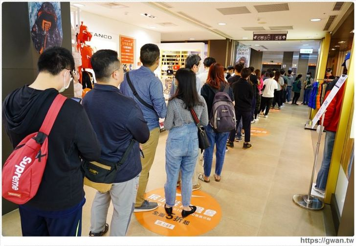 20200215141552 73 - 熱血採訪|全台獨家NIKE展示鞋清倉會在台中!人潮擠爆近200坪賣場,滿額還有星巴克買一送一