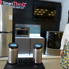 Smart Tv Kitchen Stone Top Table 到底是客厅还是厨房 智能家居竞争激烈财经新闻 韩民族日报 图为lg电子6月20日上市的智能家居装置 Thinq 产品 在冰箱 洗衣机等普通家电制品上安装传感器后就可以通过这款圆形装置确认家电工作状态并可以远程控制