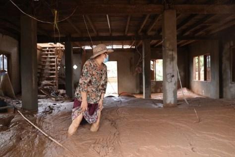 ラオスダムの崩壊から8日目となる7月30日(現地時間)午後、最大の被害村の一つであるアタプ州マイ村で、住民が避難後初めて自宅に戻り、泥だらけの家の中を見回っている=アタプ/キム・ボンギュ先任記者//ハンギョレ新聞社