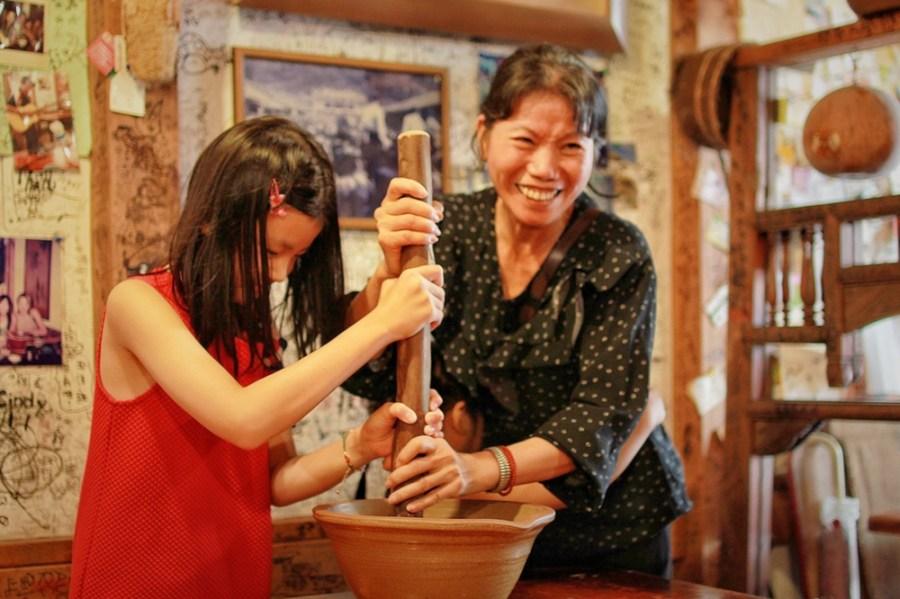 新竹旅遊美食/北埔民歌擂茶,自己的擂茶自己磨,子孫三代同樂的好去處