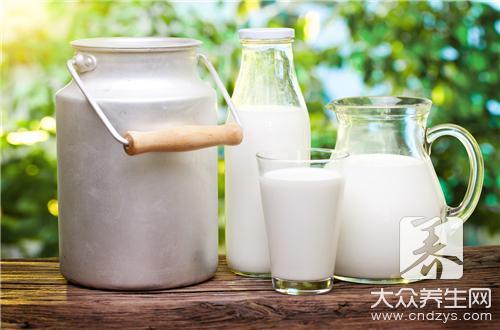 飲用牛奶好處多。但這樣喝牛奶危害很大。不僅沒營養。反而傷身! - 康途健康百科
