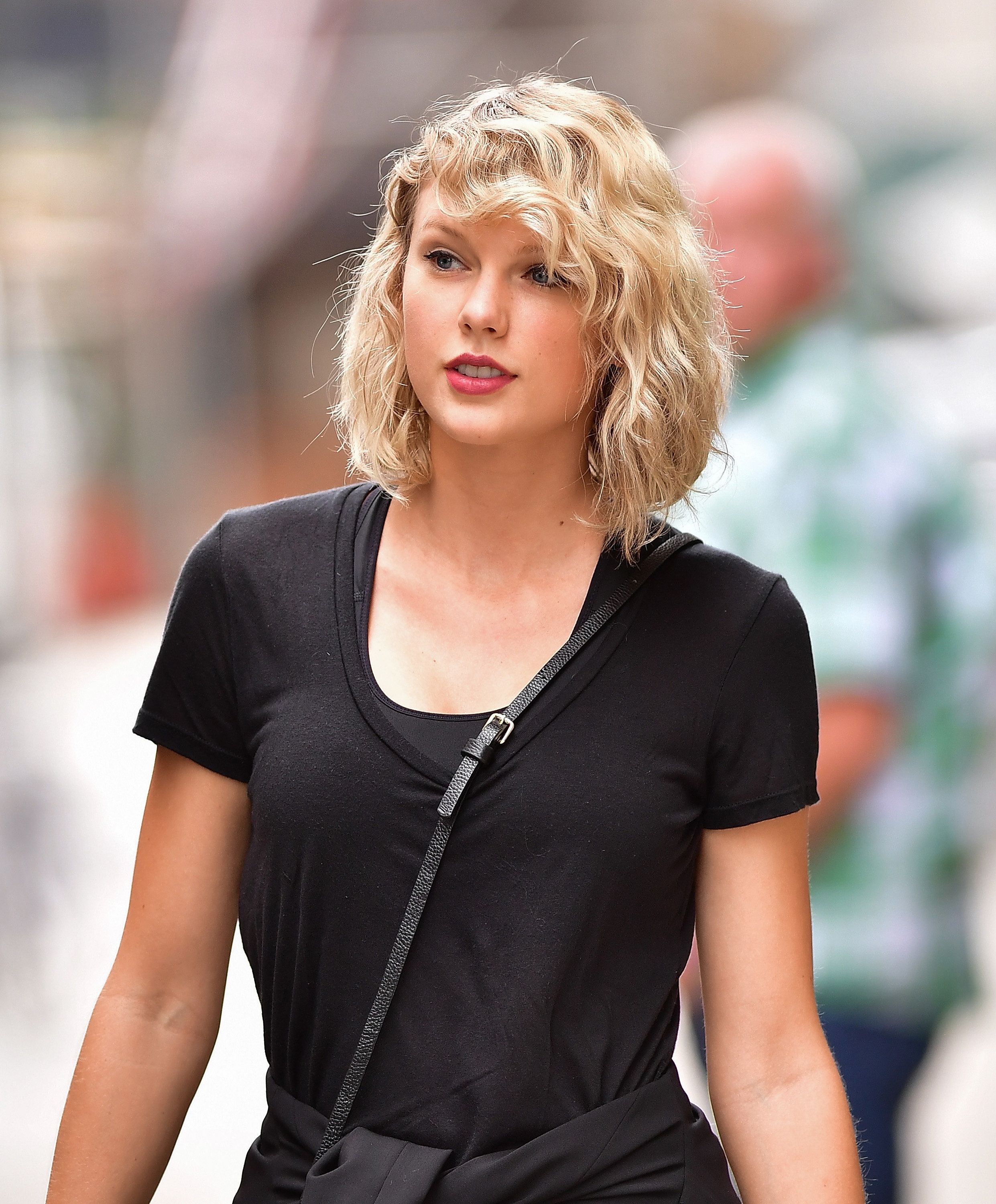 taylor swift curly hair
