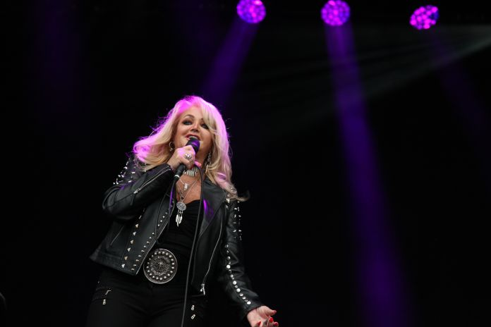 Once Upon A Time Bonnie Tyler Sang During The Total Eclipse Once Upon A Time Bonnie Tyler Sang During The Total Eclipse 599b2e1e1e00003c00c5e9df