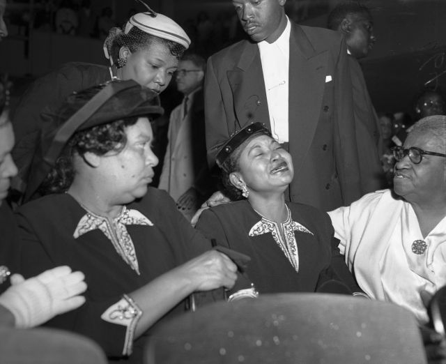 Mamie Bradley (center), Emmett Till's mother,at his funeral. Sheinsisted on having an open casket funeral for him