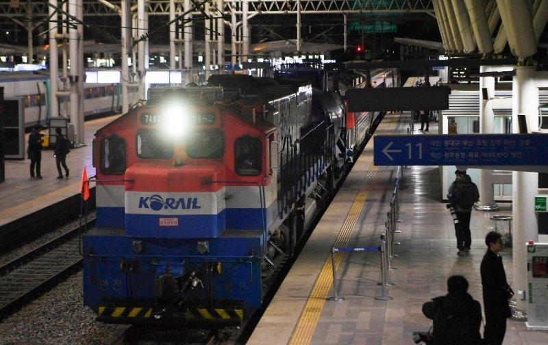 30일 오전 서울역에서 출발 준비 중인 남북 철도공동조사 열차. 기관차를 포함해 모두 7량으로 이뤄졌다.