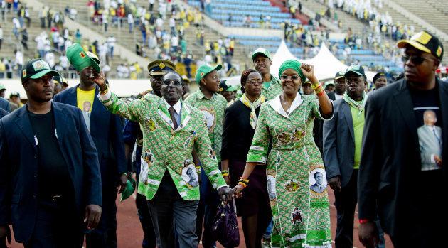 Robert Mugabe portait des costumes à son effigie, c'est ce qui arrive après 37 ans de