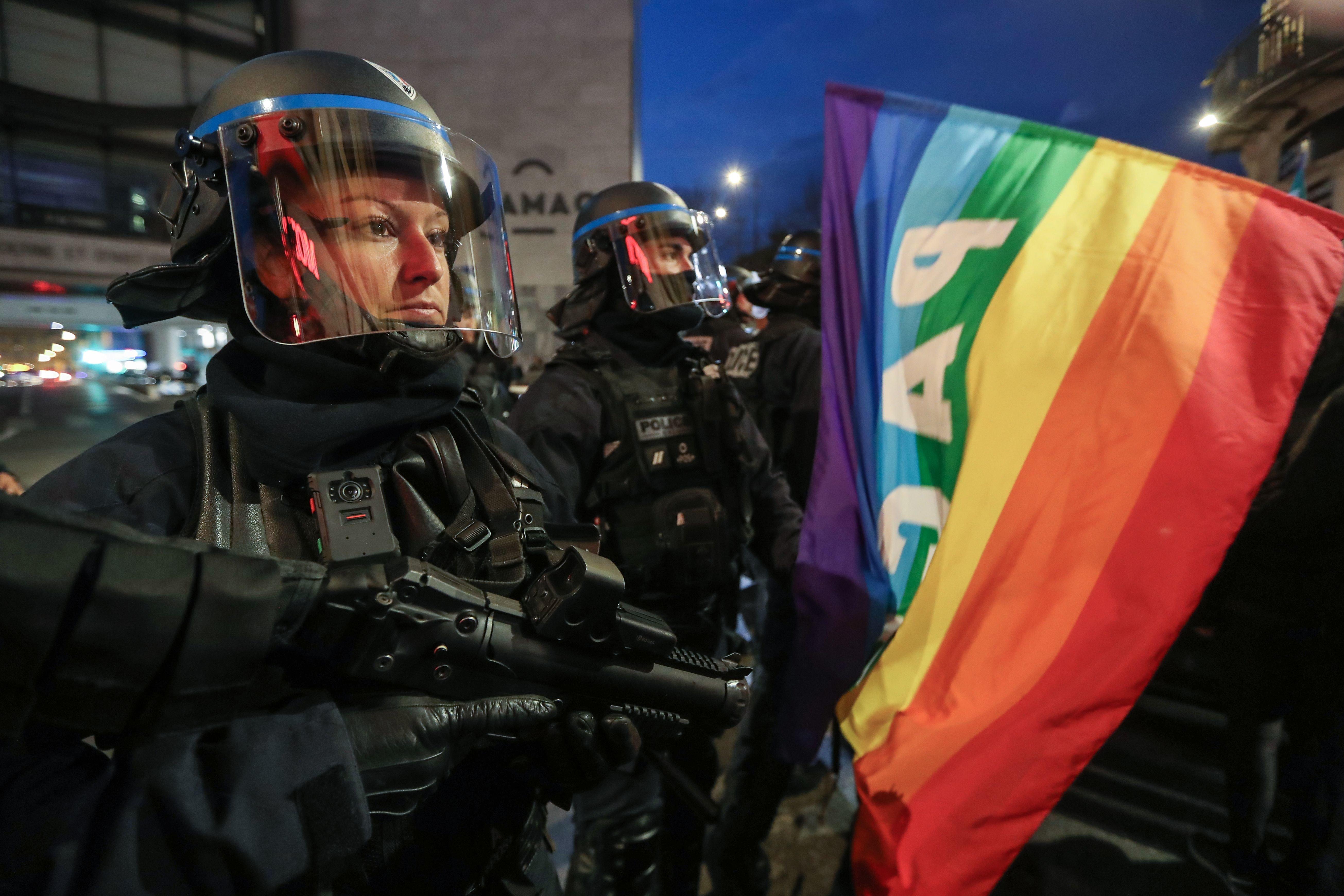 Des policiers face à une manifestation de soutien à Geneviève Legay, à
