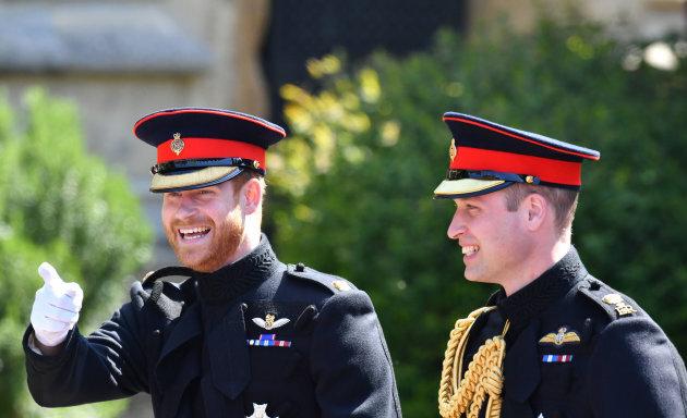 Il Principe Harry Con Barba E Divisa Fa Il Suo Ingresso