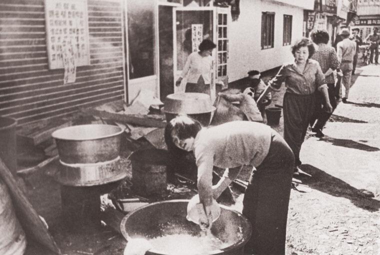 광주시내 각 동마다 부녀자들이 쏟아져나와 주먹밥을 만들거나 음식을 만들어 시민군들에게 제공했다.