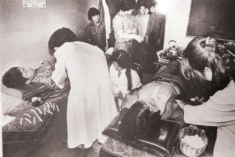 부상자들로 초만원을 이룬 광주시내 각 병원에서 피가 부족하다는 소식이 알려지자 많은 광주시민들이 팔을 걷어부치고 헌혈에 앞장섰다.