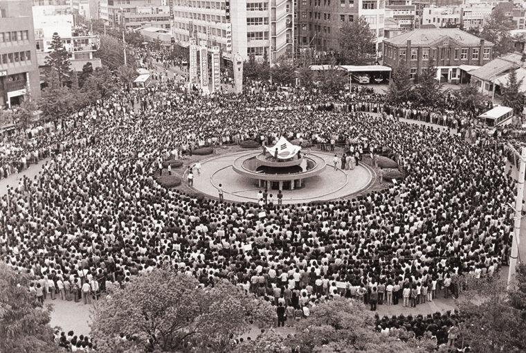 전남도청 앞 광장에서는 분수대를 중심으로 2만 여명의 시민과 학생들이 모여 '민족민주화대성회'를 열고 대대적인 횃불행진을 벌였다.