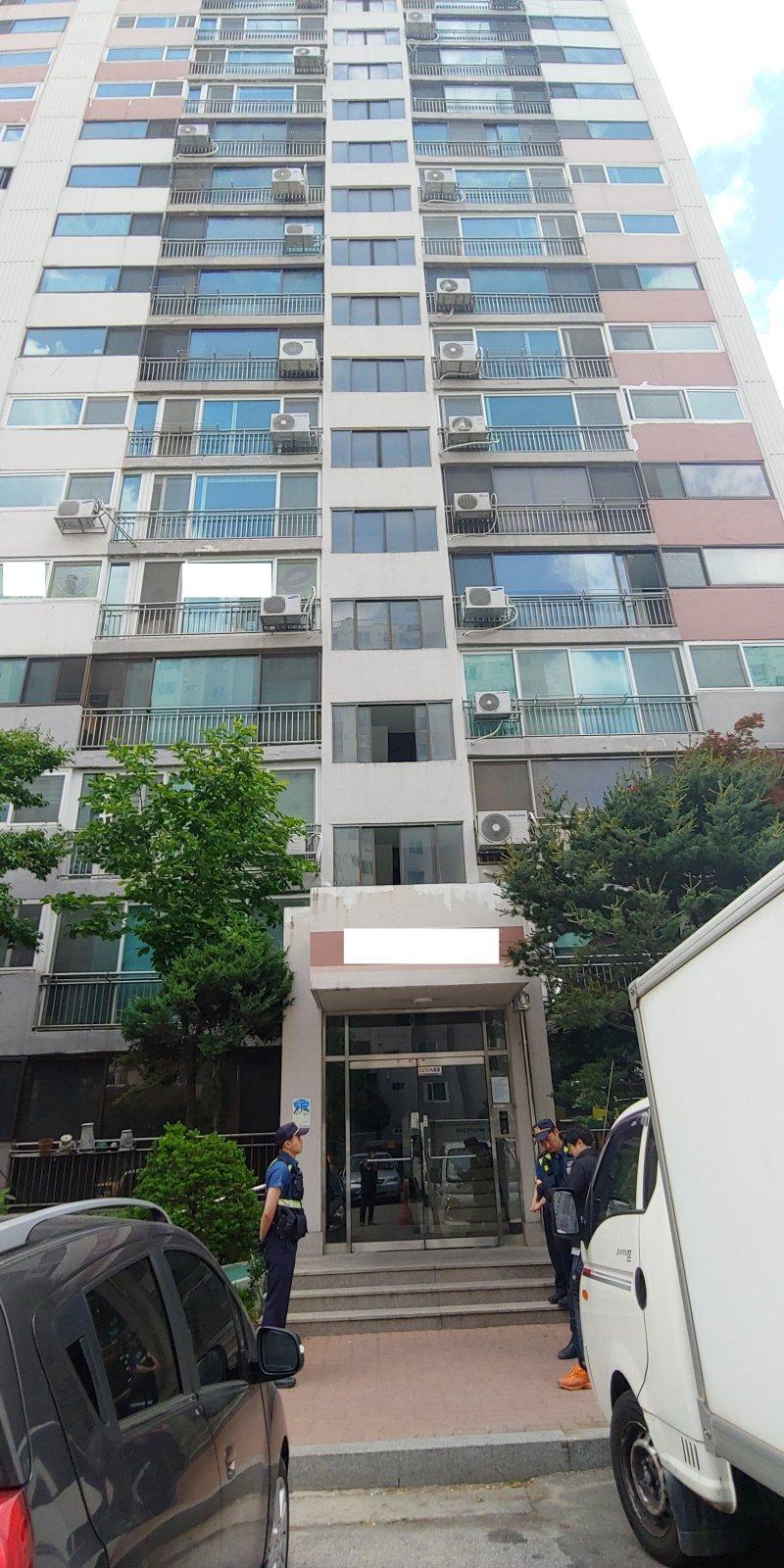 일가족 3명이 흉기에 찔려 숨진 아파트를 경찰이 출입통제하고 있다.