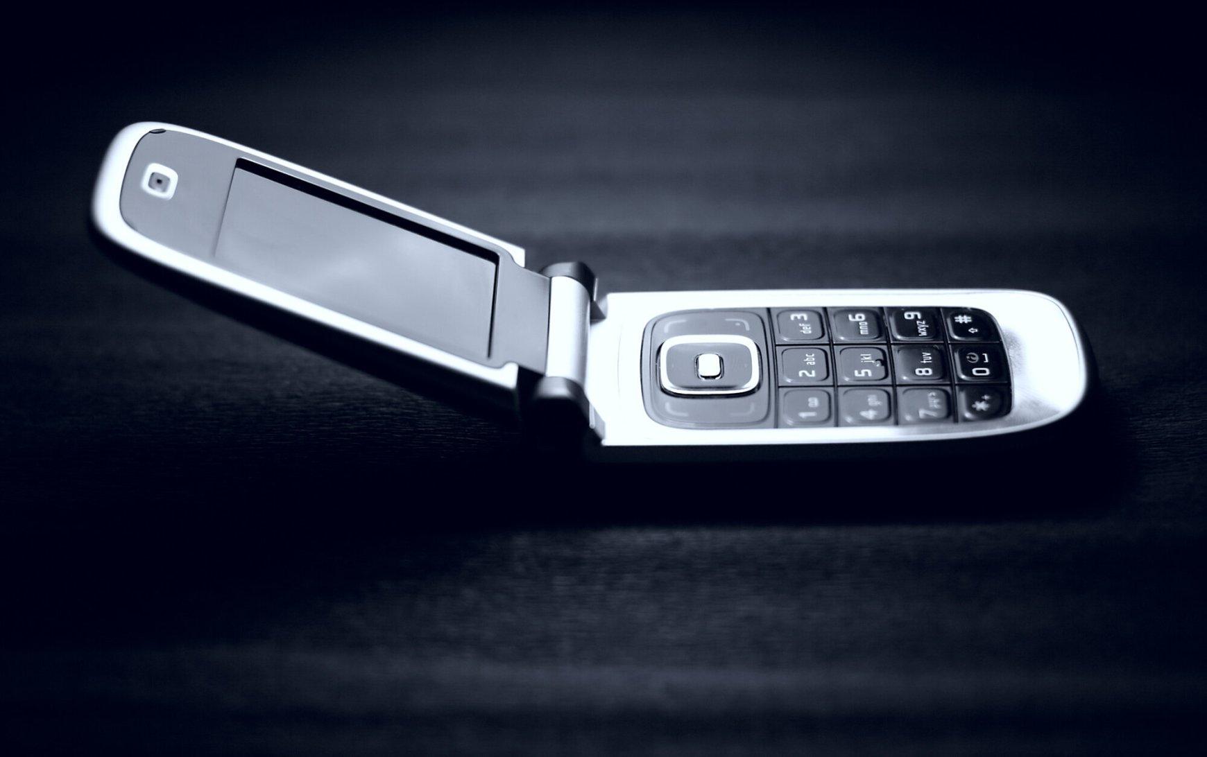 Αυτή η εταιρεία δίνει 900 ευρώ σε όποιον μπορέσει να εγκαταλείψει το smartphone του για μια