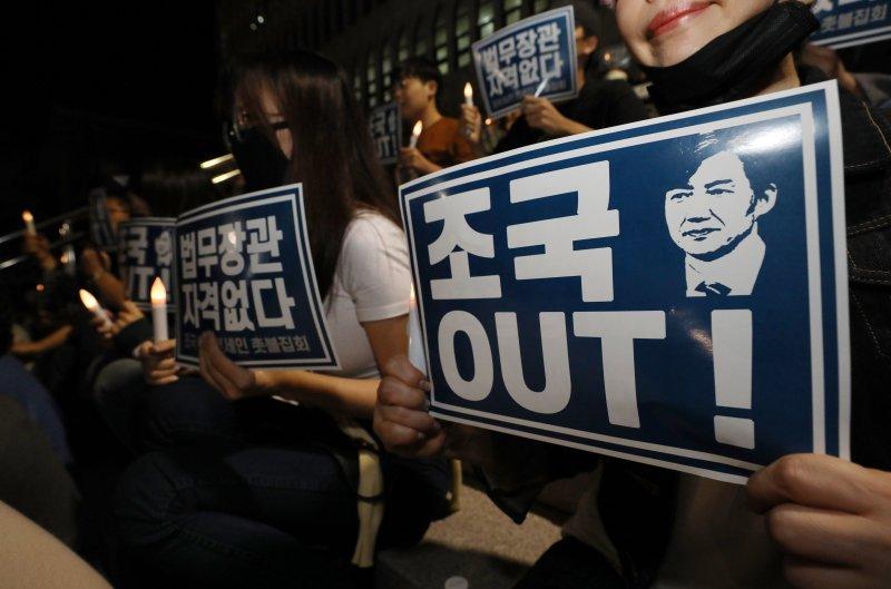 19일 조국 장관 사퇴 촉구하며 촛불 든 연세대 학생들과 동문들