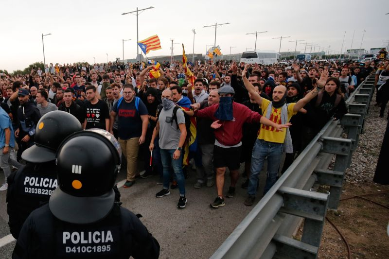 Protesters clash with Spanish policemen on the highway leading to El Prat airport in Barcelona on October 14, 2019 as thousands of angry protesters took to the streets after Spain's Supreme Court sentenced nine Catalan separatist leaders to between nine and 13 years in jail for sedition over the failed 2017 independence bid. - As the news broke, demonstrators turned out en masse, blocking streets in Barcelona and elsewhere as police braced for what activists said would be a mass response of civil disobedience. (Photo by Pau Barrena / AFP) (Photo by PAU BARRENA/AFP via Getty Images)