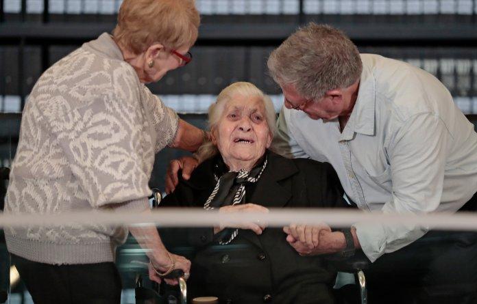 Εβραίοι επιζώντες του Ολοκαυτώματος συναντούν την γηραιά Ελληνίδα που τους