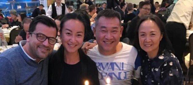 Desde la izquierda: Benoit y Angel Covillard con sus padres Henry y Rainbow Zeng, que fueron el objetivo de ...