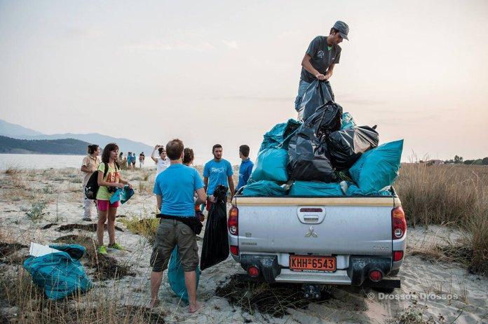Εθελοντικός καθαρισμός της παραλίας