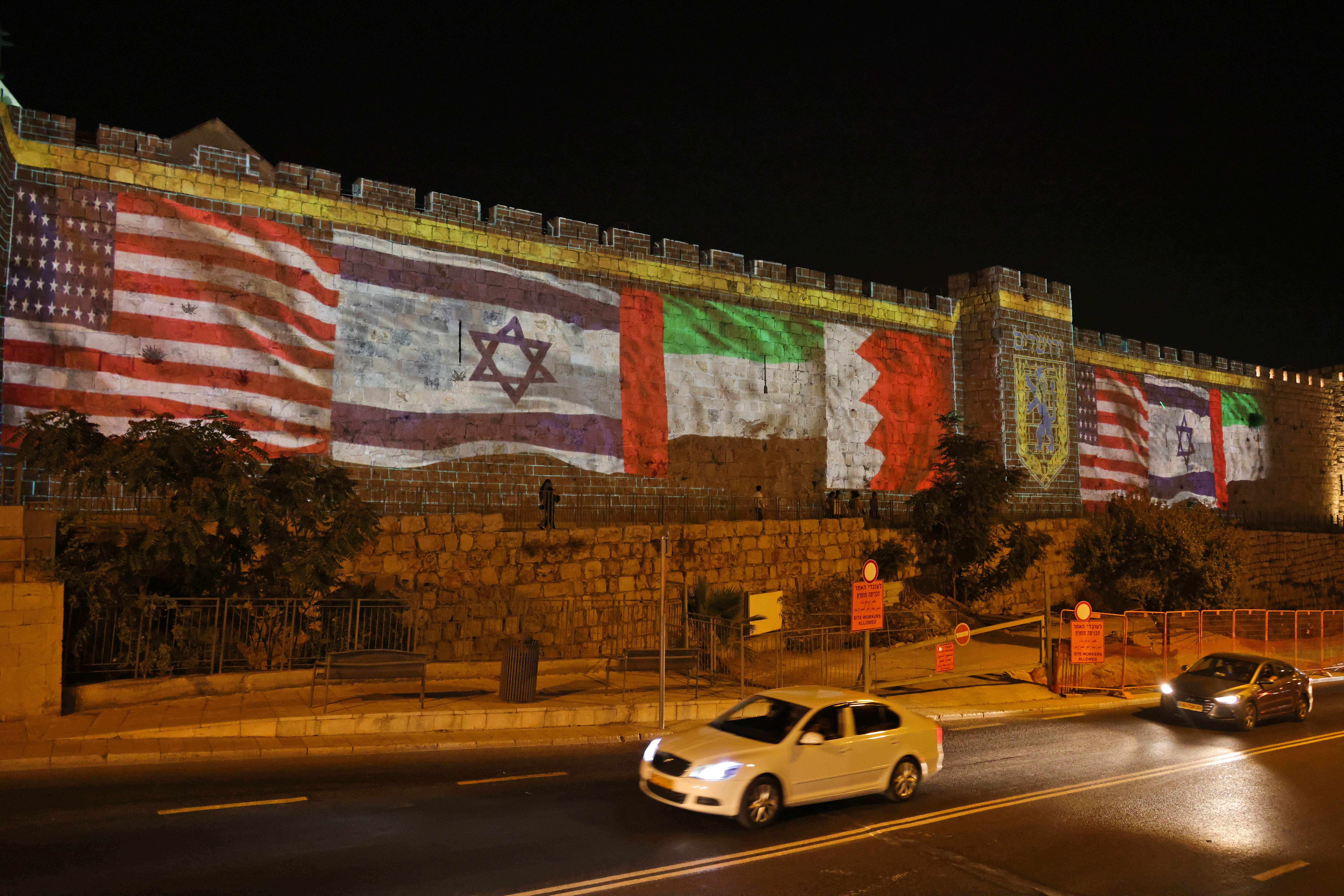 Les drapeaux des États-Unis, d'Israël, des Émirats arabes unis et de Bahreïn...