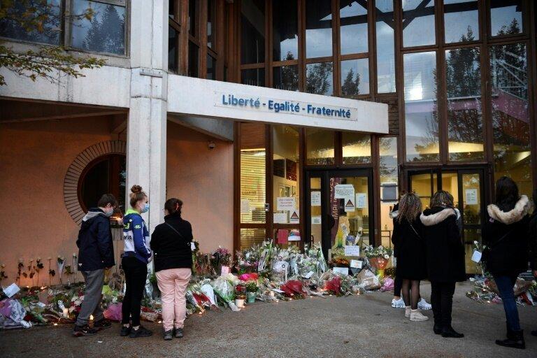Hommage au professeur d'un collège des Yvelines décapité en pleine rue, le 17 octobre...