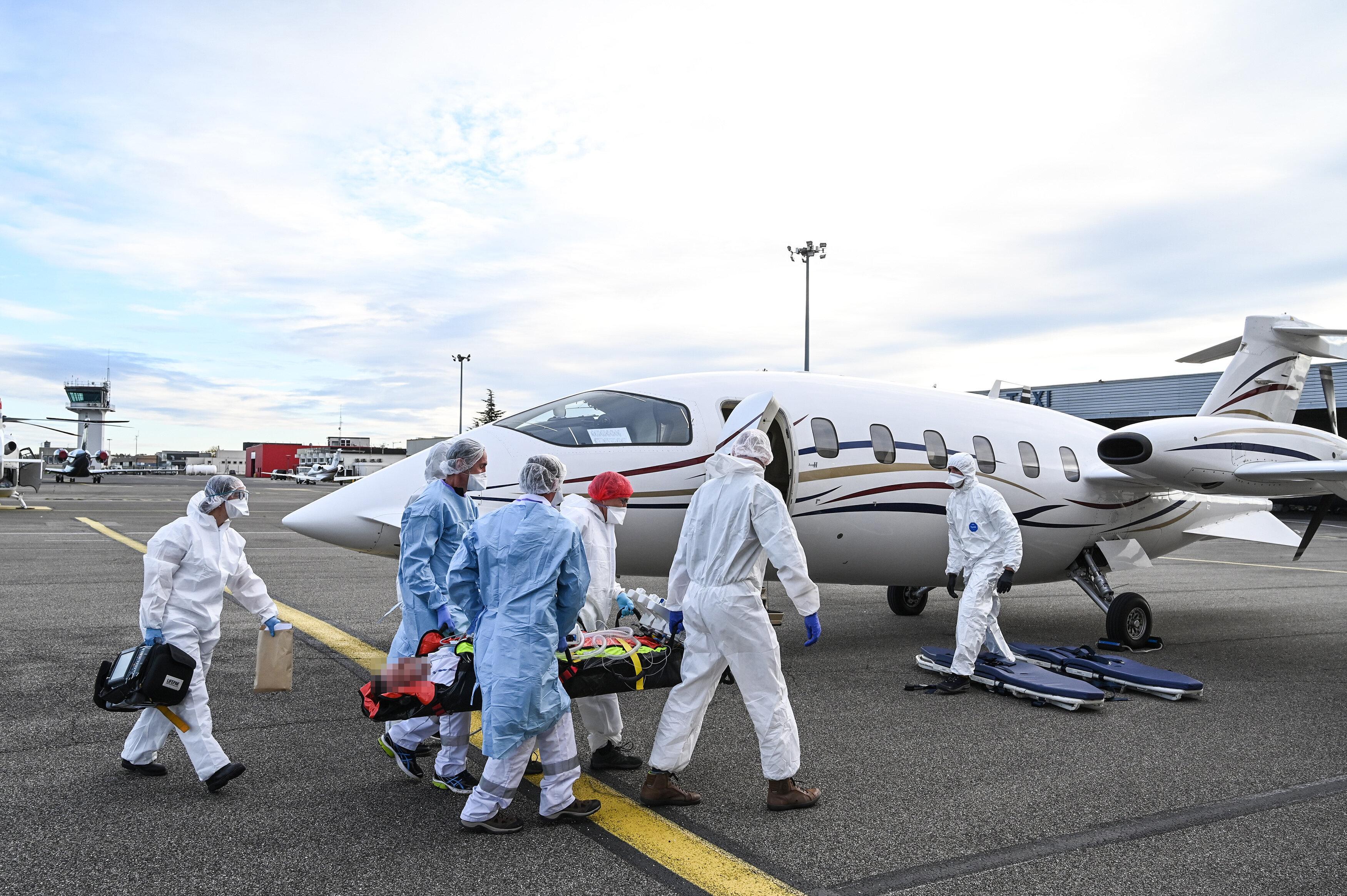 Un patient Covid-19 emmené pour un vol médical à l'aéroport de Bron près...
