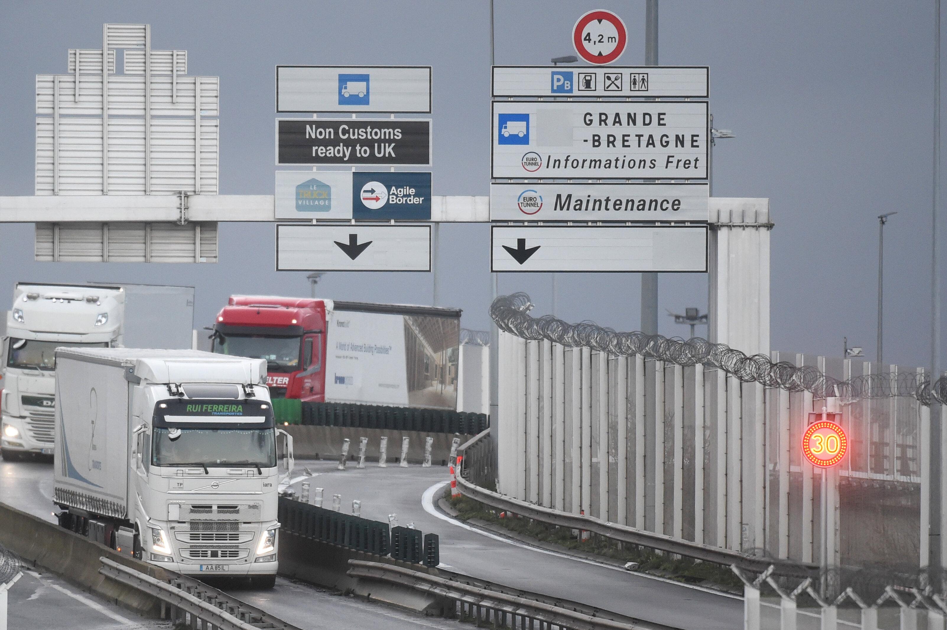 À la frontière entre le Royaume-Uni et la France, les routiers doivent désormais présenter un test négatif...