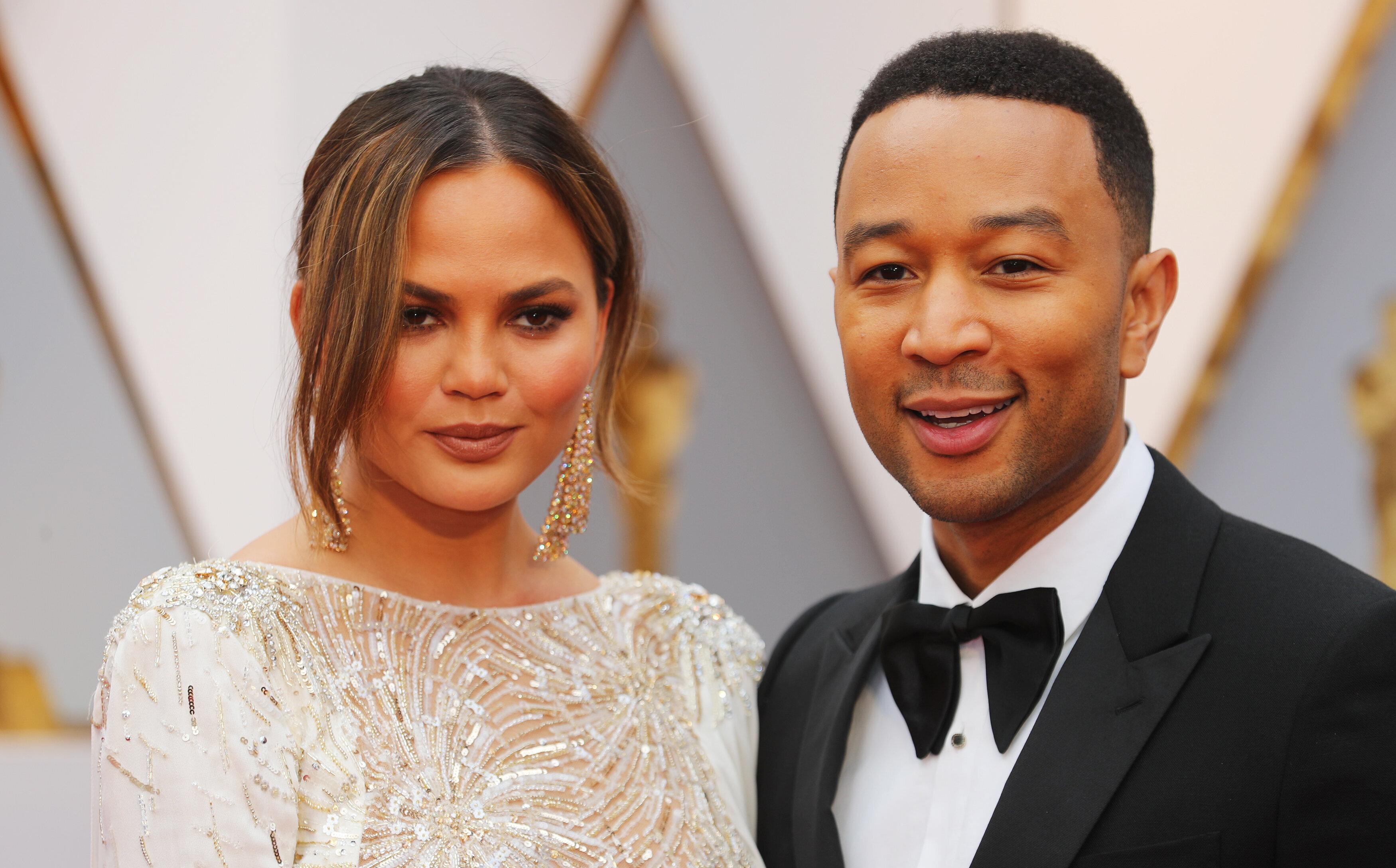 Chrissy Teigen et John Legend lors de la 89e cérémonie des Oscars le 26 février...