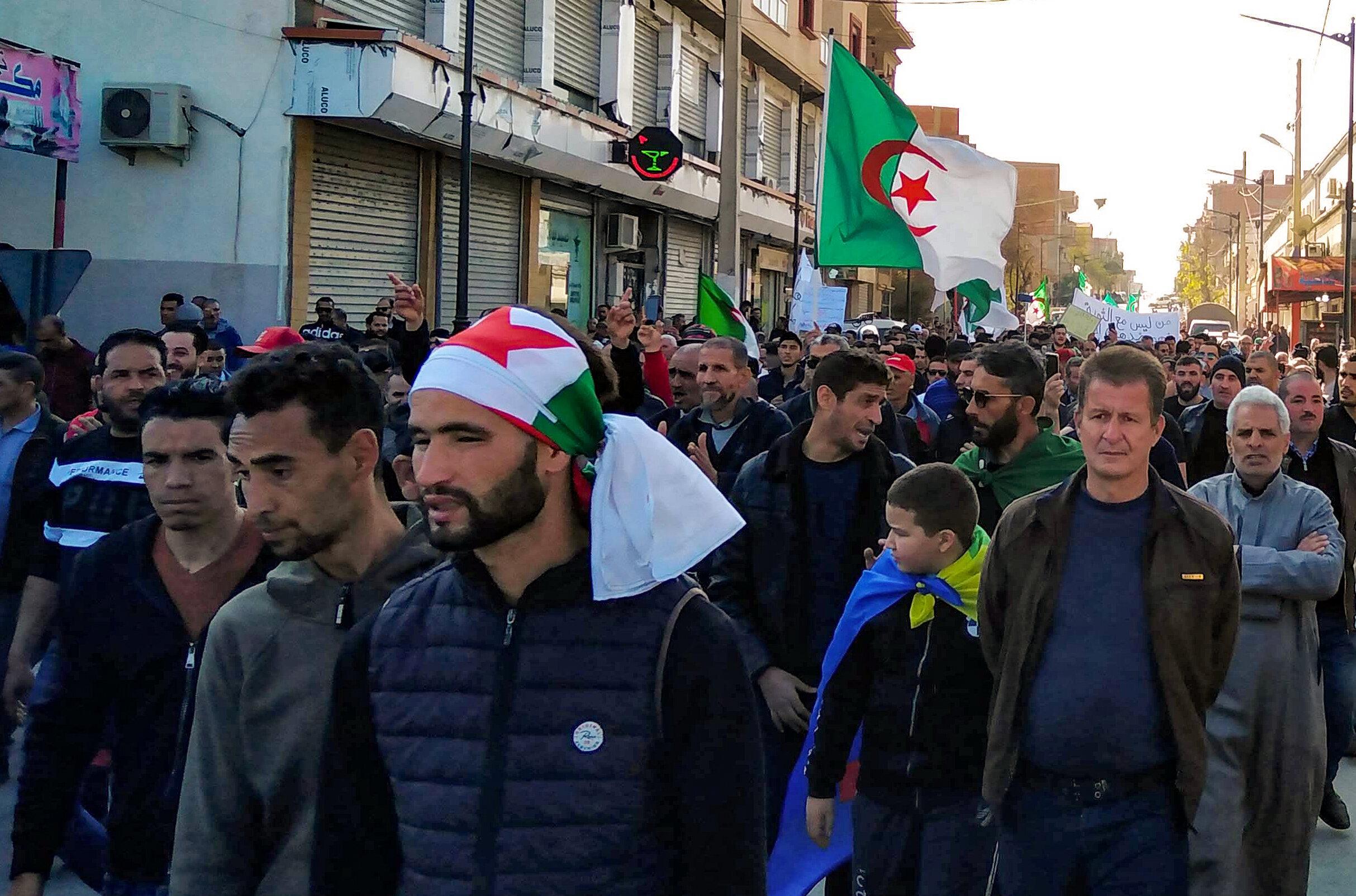 Des Algériens défilent lors d'une manifestation anti-gouvernementale à Bordj Bou...