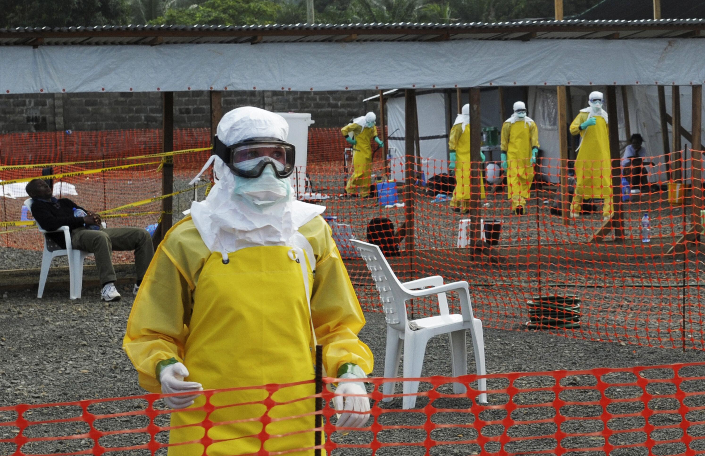 Des soignants de Médecins Sans Frontières à Monrovia, capitale du Liberia, en août...