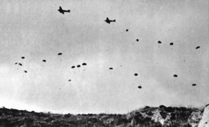 Πτώση Γερμανών αλεξιπτωτιστών στην Κρήτη από Ju