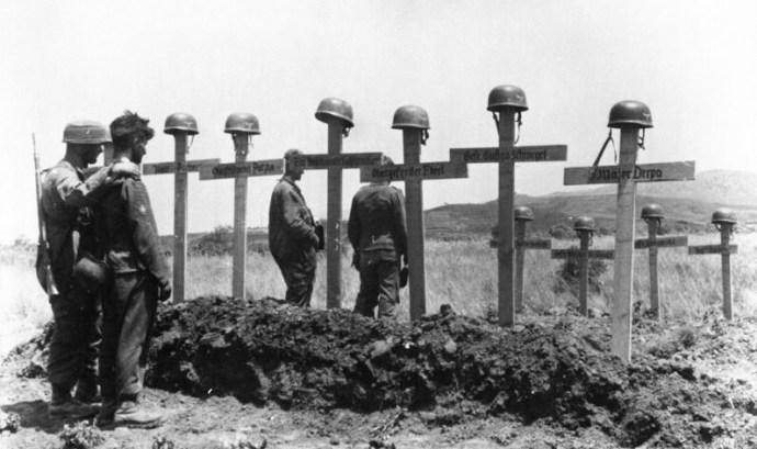 Γερμανοί αλεξιπτωτιστές μπροστά στους τάφους συναδέλφων τους στην