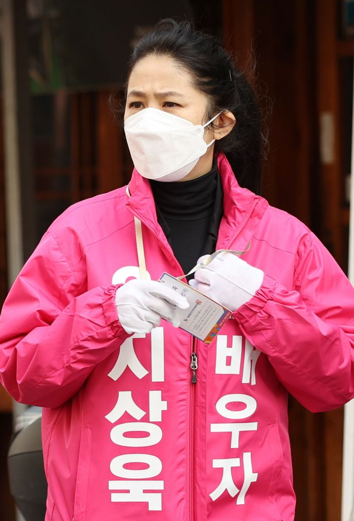 Eun-ha Shim participates in the campaign at Yaksu Market in Jung-gu, Seoul on the afternoon of April 7, 2020 for her husband Ji-wook Ji, who is running for Jungseong-dong-gu, Seoul.