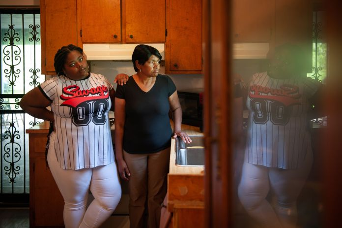 Gas victims Linda Garrett (right) and her granddaughter, Makaylan Burns, in Garrett's kitchen in Satartia in July.&nbsp;<strong><br />Rory Doyle for HuffPost</strong>