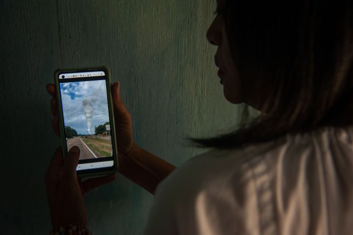 Berneva Lewis plays a video of an October 2020 gas leak in Satartia.<br /><strong>Rory Doyle for HuffPost.</strong>