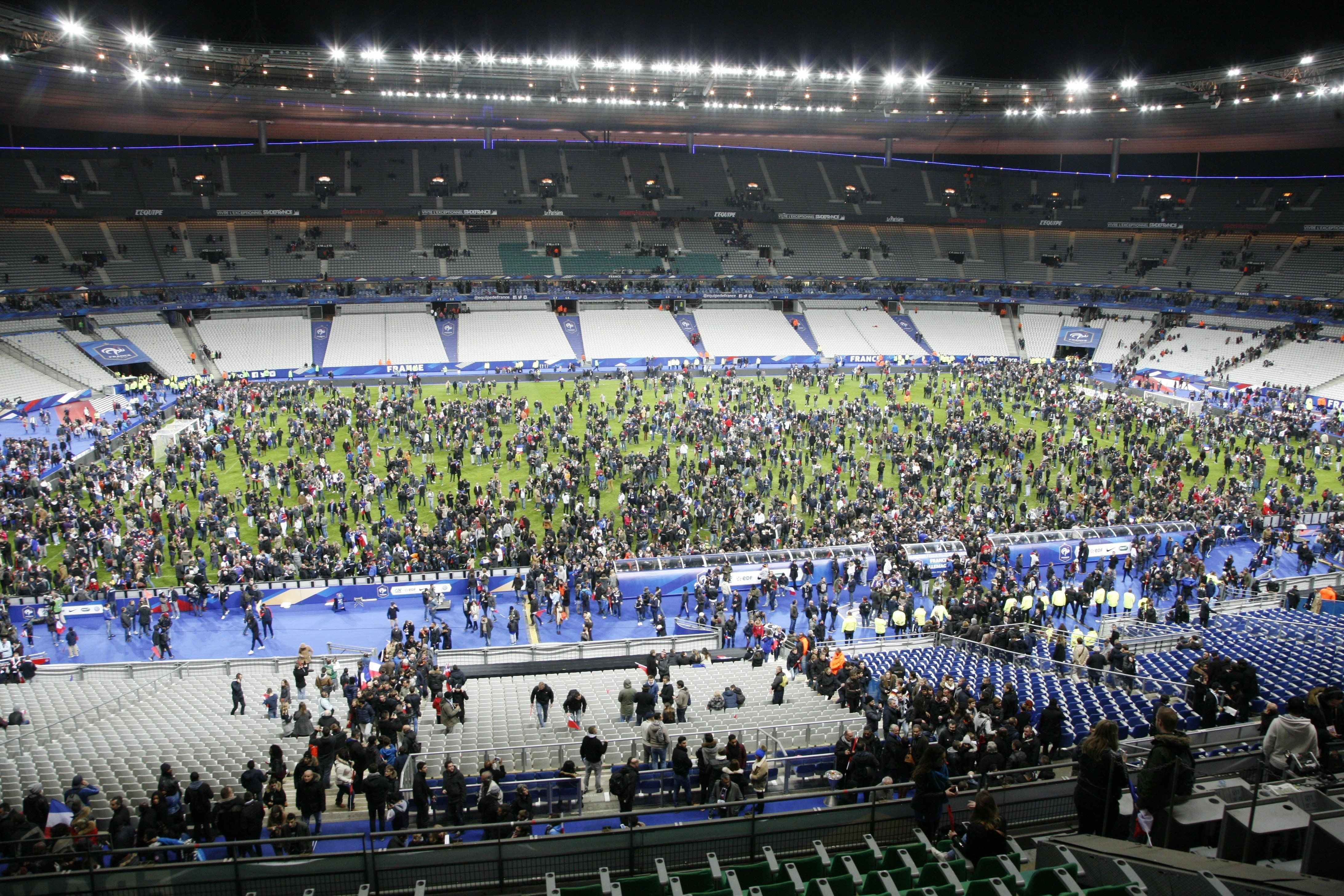 """<span class='image-component__caption' itemprop=""""caption"""">Spectators on the field after the explosions near the stadium.</span>"""