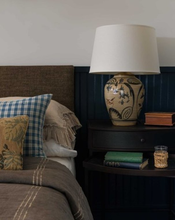 small farmhouse bedroom ideas with bedside lamp