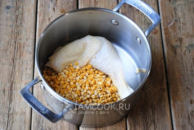 Dimasukkan ke dalam panci ayam dan kacang polong