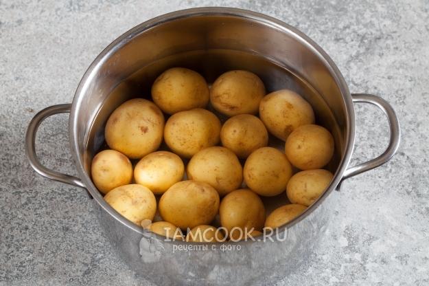 Положить картофель в воду