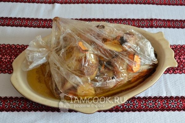 Handa na hiwa ng isang gansa sa isang manggas sa form