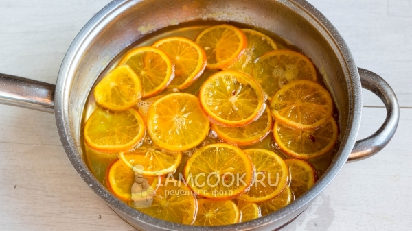 シュガーシロップのオレンジ色のスライスを調理します