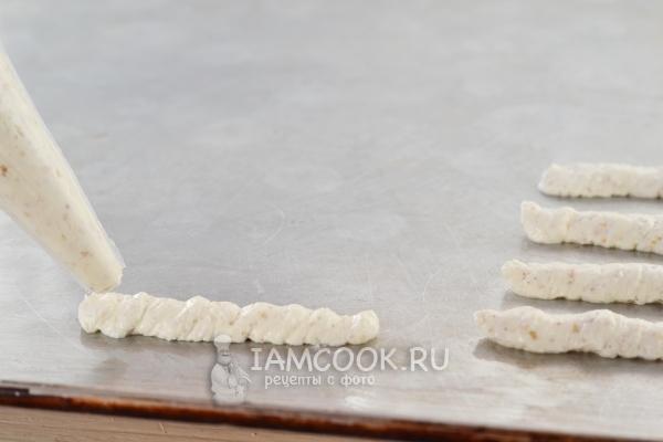 Выложить творожное тесто в виде палочек