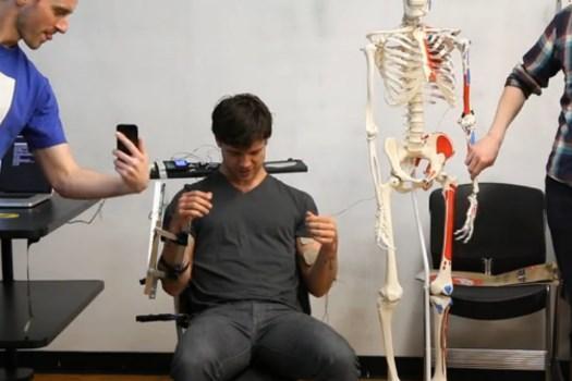 Interface permite controlar os braços de outra pessoa pela internet [vídeo]