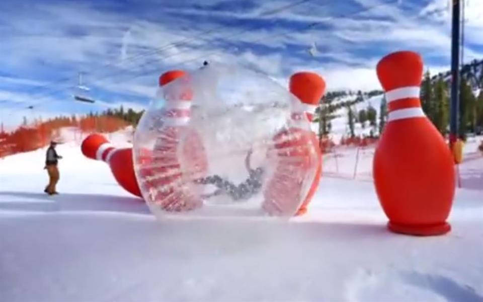 Já pensou em participar de um boliche humano nas montanhas de neve? [vídeo]