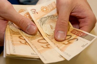 Image result for pessoa recebendo dinheiro